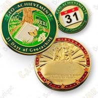 Este conjunto contem um geocoin trackable em  www.geocaching.com  e um pin a condizer.